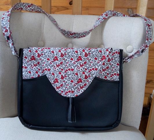 Modèle Chloé en simili cuir noir avec rabat et poche dans un imprimé coton façon Liberty