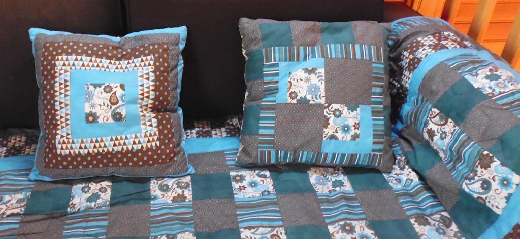 Plaid en patchwork folklore pour mon canapé, merci Tina