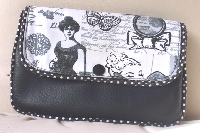 pochette simili cuir noir et rabat imprimé