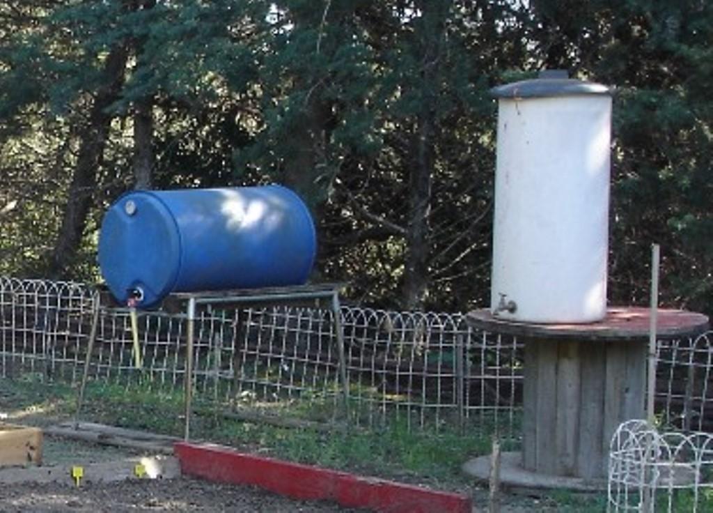 Citernes d'eau surélevées avec des matériaux de récupération