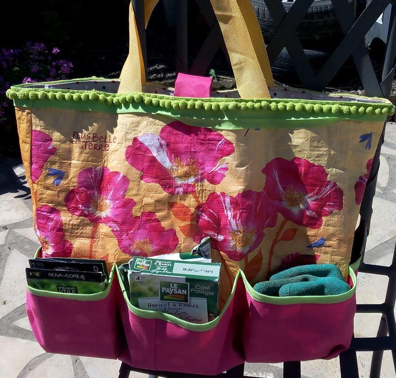 Recyclage d'un cabas de supermarché en sac de jardinage