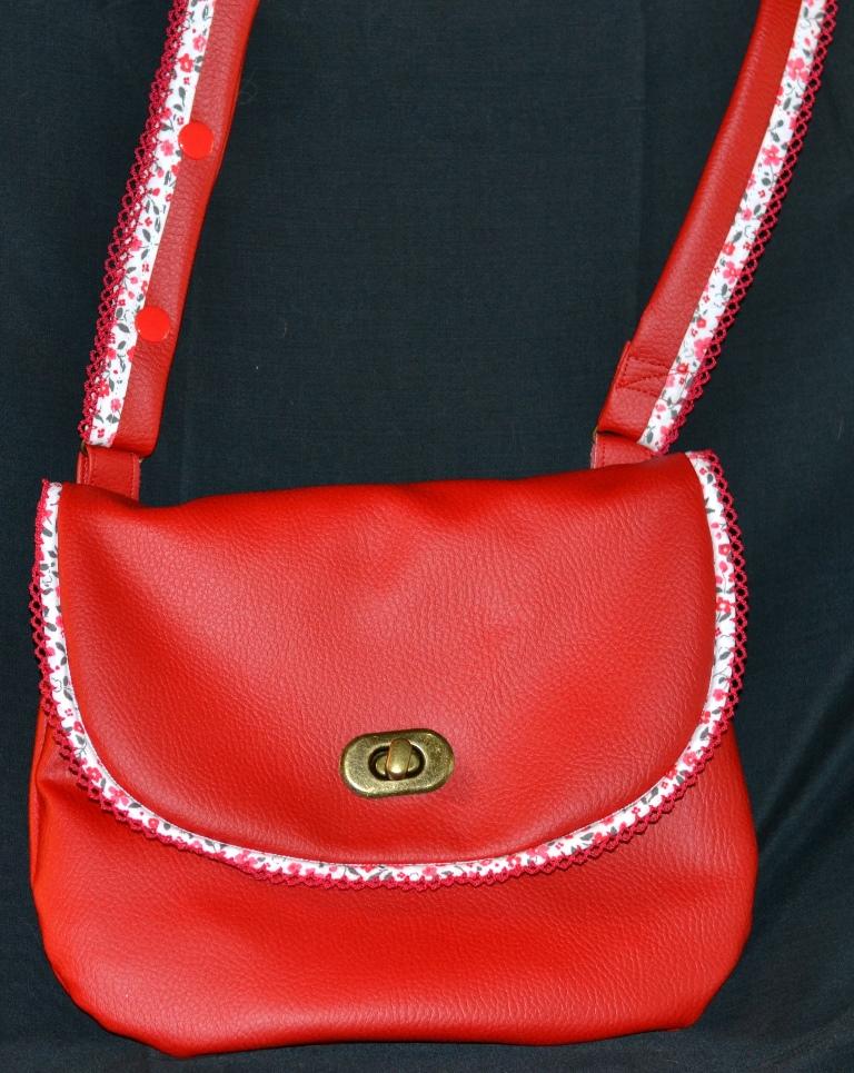Pochette demoiselle en détresse, simil cuir rouge, rabat bordé d'un passepoil dentelle