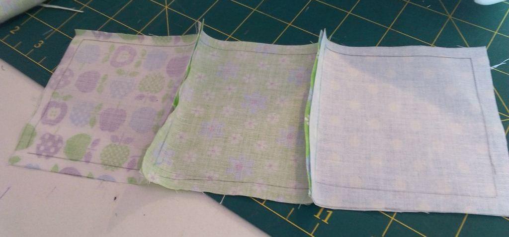 Un joli plaid en patchwork pour bébé - Carrés assemblés à l'envers