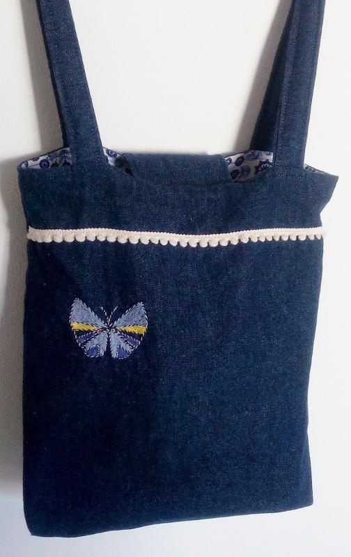Hirondelle et papillon sur petit sac en jean