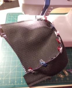 Assemblage des tissus extérieurs avec des pinces pour ne pas faire de trous dans le simili cuir